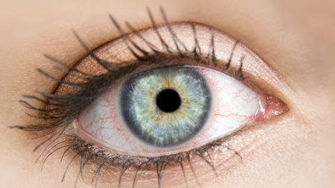 začervenané oči